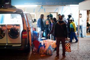Υπέροχοι άνθρωποι! Φορτηγάκι – πλυντήριο γυρνάει την Αθήνα και καθαρίζει τα ρούχα των αστέγων δωρεάν