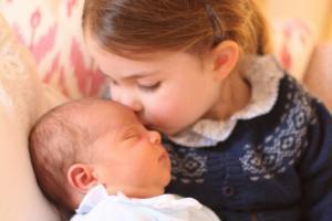 """Αυτός είναι ο πρίγκιπας Λούις! Το τρυφερό φιλί και η """"γλυκιά"""" αγκαλιά της αδελφούλας του [pics]"""