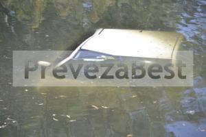 Πρέβεζα: Αυτοκίνητο στη θάλασσα – Εφιάλτης στο τιμόνι για την οδηγό που βγήκε μόνη της [pics]