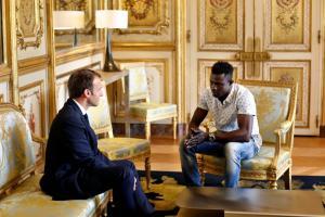 Γάλλο πολίτη έκανε τον ήρωα μετανάστη από το Μάλι ο Μακρόν