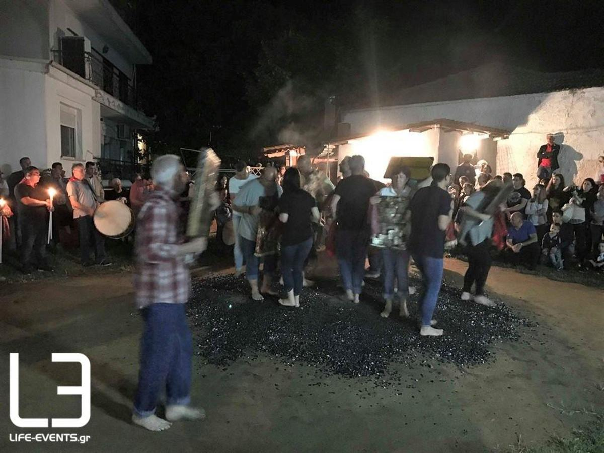 Σε αναμμένα κάρβουνα περπάτησαν οι αναστενάρηδες του Λαγκαδά! [vid]