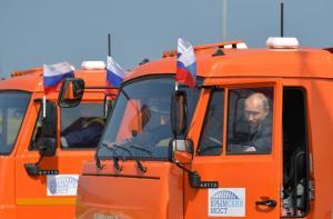 Σε ρόλο φορτηγατζή ο Πούτιν για τα εγκαίνια γέφυρας [pics, vid]