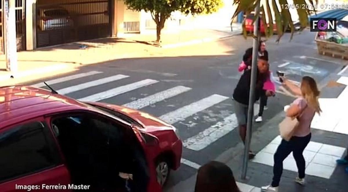 Σκηνές τρόμου! Ένοπλος προσπάθησε να κλέψει μαθητές – Τον εκτέλεσε μητέρα