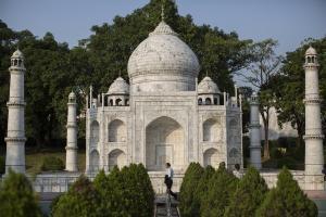 Η ρύπανση βάφει πράσινο το Ταζ Μαχάλ