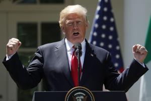 Οργισμένη διάψευση: «Δεν αποκάλεσα ποτέ ηλίθιο τον Τραμπ»