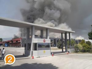 Υπό έλεγχο η μεγάλη φωτιά στο εργοστάσιο της Ξάνθης [pics, vids]