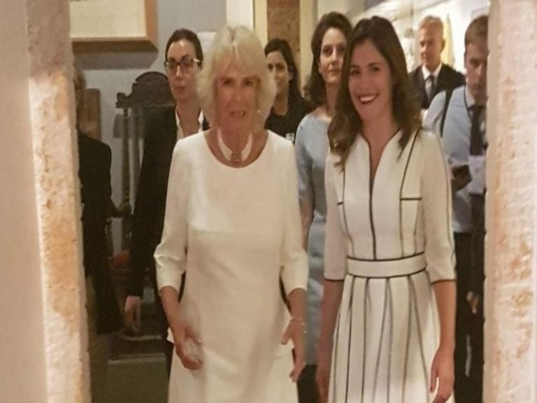 Μπέτυ Μπαζιάνα: Ξενάγησε την Καμίλα στο Μουσείο Μπενάκη [vid, pics]