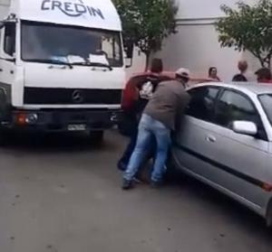 Χανιά: Πάρκαρε παράνομα και πήραν την κατάσταση στα χέρια τους – Απίθανες σκηνές σε δρόμο [pics, vid]