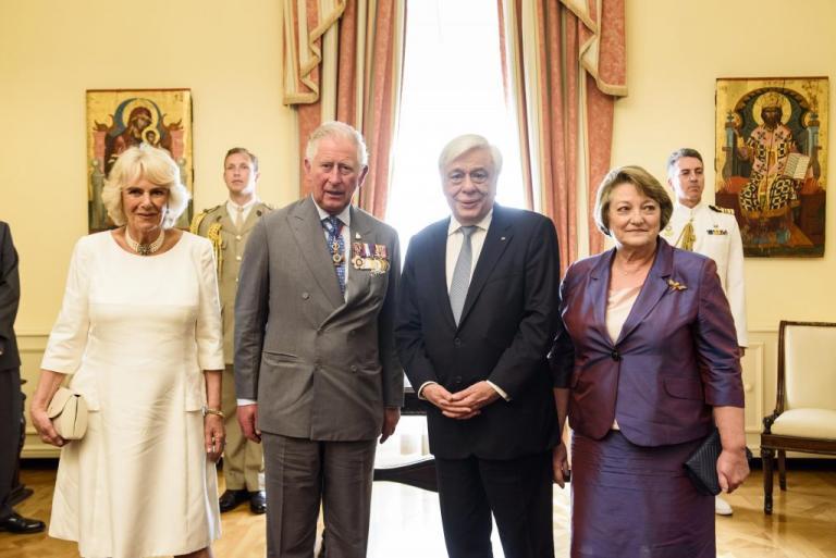 Άφωνος ο Πρίγκιπας Κάρολος με το δώρο του Προκόπη Παυλόπουλου! [pics]