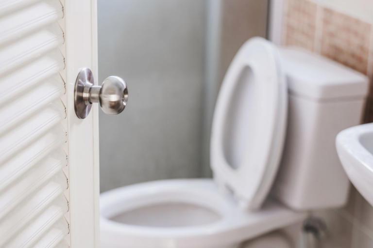 Πώς να κάθεστε στις δημόσιες τουαλέτες για να μην κολλήσετε τίποτα
