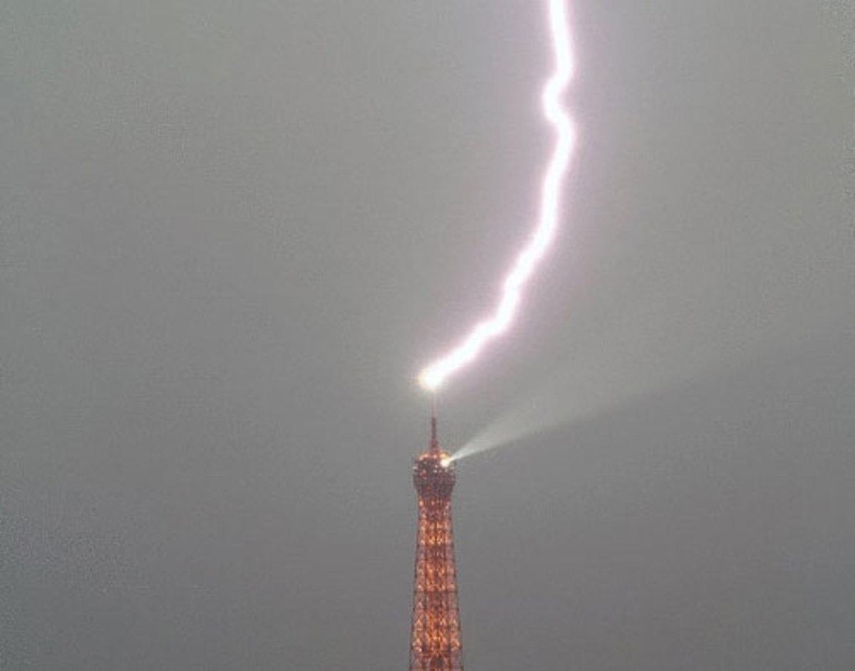 Η στιγμή που κεραυνός χτυπάει τον πύργο του Άιφελ