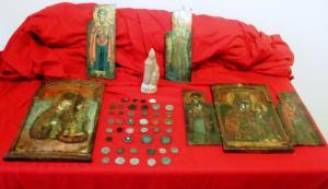 Έκρυβαν εικόνες και αρχαία νομίσματα στο κέντρο της Θεσσαλονίκης – Εντυπωσιακά τα ευρήματα της Αστυνομίας