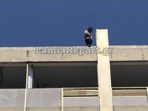 Συγκλονιστικό βίντεο! Αστυνομικός πιάνει στον αέρα άνδρα πριν πέσει στο κενό! [vid]
