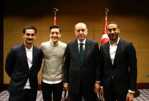 Άγριο κράξιμο σε Οζίλ, Γκιουντογκάν και Τοσούν για τη συνάντηση με τον Ερντογάν [pics]
