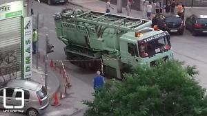 «Βούλιαξε» ο δρόμος στη Θεσσαλονίκη – «Κόλλησε» φορτηγό στην τρύπα! [pics]