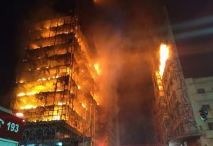 Η στιγμή της κατάρρευσης γιγαντιαίου φλεγόμενου ουρανοξύστη στο Σάο Πάολο
