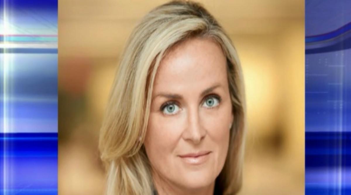 """Η ξανθιά καλλονή που αναλαμβάνει τη διοίκηση του Fox News – Γυναίκα στο """"τιμόνι"""" για πρώτη φορά"""