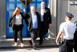 Χάρβει Γουάινστιν: Με χειροπέδες και ειρωνικό χαμόγελο στον εισαγγελέα