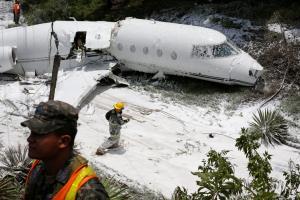 Εικόνες σοκ: Αεροπλάνο κόπηκε στα δυο! Σώθηκαν από θαύμα οι επιβαίνοντες [pics, vids]