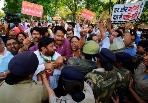 Ωμή αστυνομική βία στην Ινδία! Εννέα νεκροί διαδηλωτές