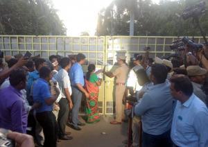 Ινδία: Λουκέτο σε εργοστάσιο μετά τα αιματηρά επεισόδια