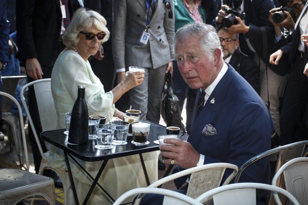 Το πανό – μήνυμα στον Πρίγκιπα Κάρολο και το ρημάδι το καλαμάκι στον φρέντο
