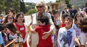 """""""Σατανάς"""" Κάρολος άφησε… παγωτό τους Κρητικούς! Πιτσιρικάς """"χάθηκε"""" στην αγκαλιά της Καμίλα!"""
