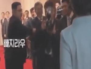 """Κάνε πέρα! Ο Κιμ Γιονγκ Ουν """"βγάζει"""" φωτογράφο από το δρόμο της γυναίκας του [vid]"""