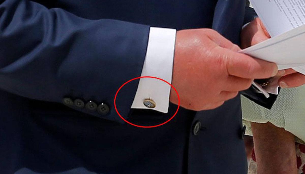 Πρίγκιπας Κάρολος: Μεγάλη μας τιμή! Φορά μανικετόκουμπα με την ελληνική σημαία