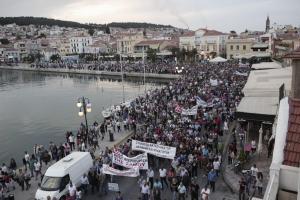 Μυτιλήνη: Λαοθάλασσα και άγρια επεισόδια από ακραίους