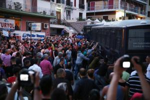 Μυτιλήνη: Ένταση στην πορεία χιλιάδων πολιτών – Πρωτόγνωρες εικόνες για το νησί [pics]
