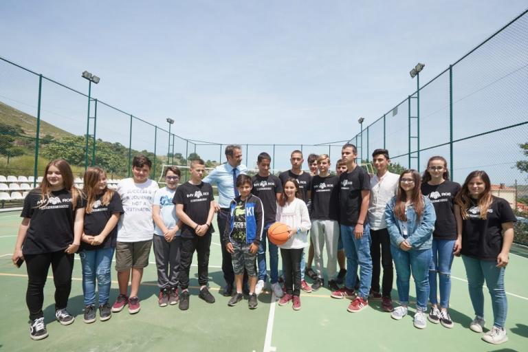 Επίσκεψη Μητσοτάκη στην Ίμβρο – Συνομιλία με τους κατοίκους και… χαλαρό μπασκετάκι με τους μαθητές