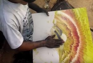 Ποια πινέλα; Αυτός ο καλλιτέχνης ζωγραφίζει μόνο με τα χέρια του