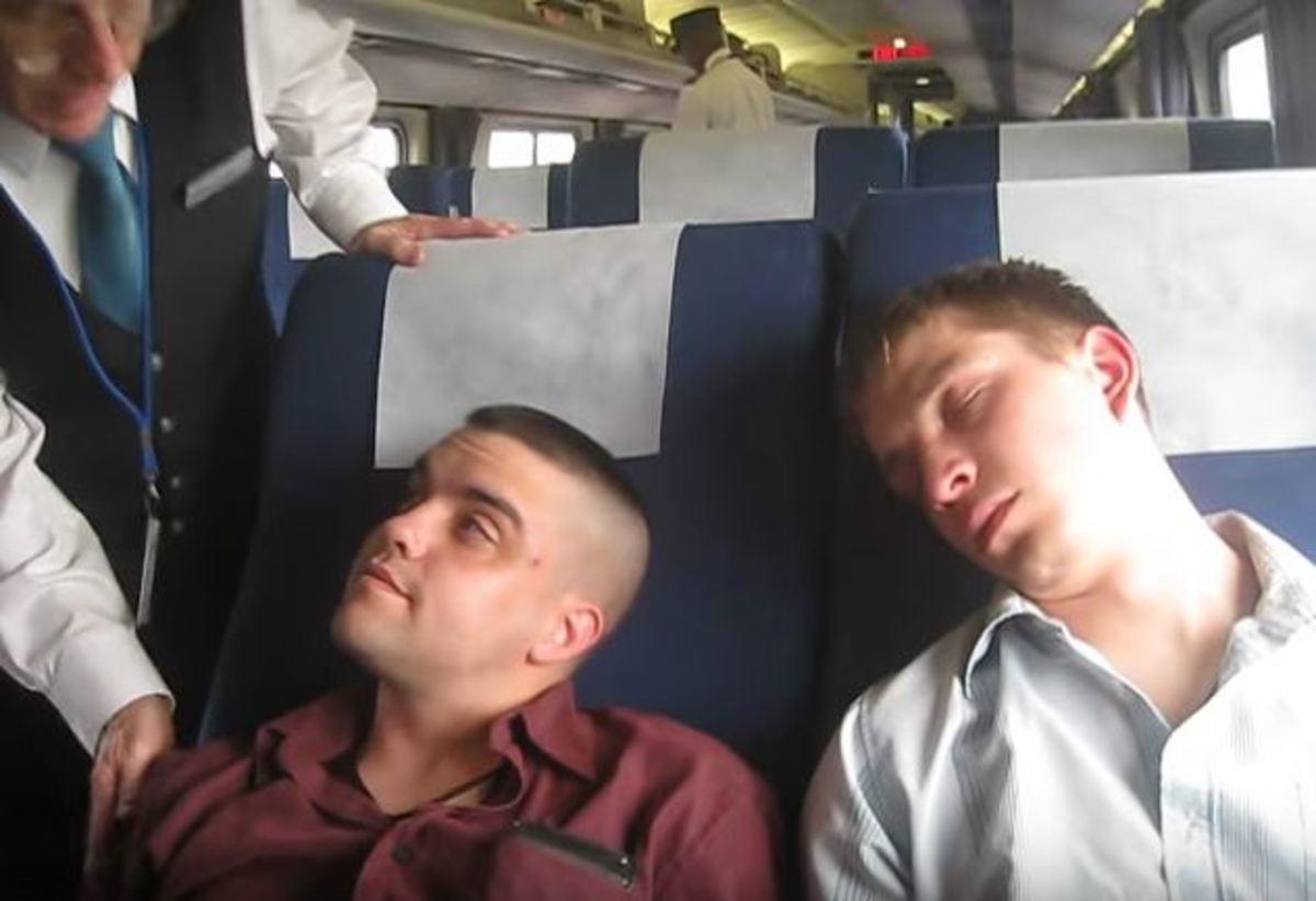 Ελεγκτές ζήτησαν να δουν τα εισιτήρια και αυτοί έκαναν ότι κοιμούνται!