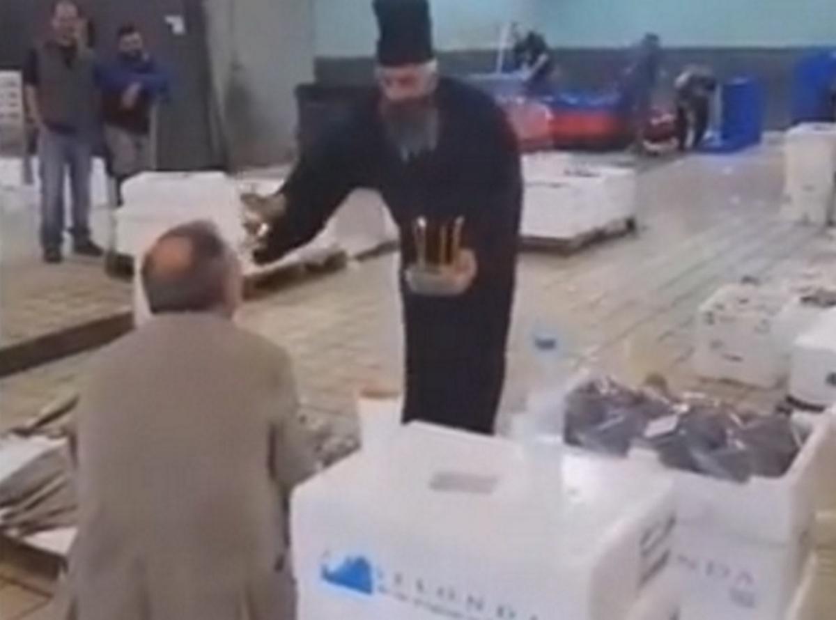 """Θεσσαλονίκη: Ο αθυρόστομος """"παπάς"""" αρχίζει να τον ψέλνει για τον ΠΑΟΚ – Απίστευτο σκηνικό στην ιχθυόσκαλα [vid]"""