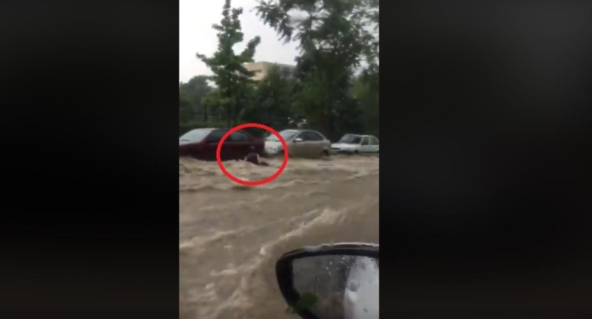 Βίντεο – σοκ! Η στιγμή που χείμαρρος παρασύρει γυναίκα στη Θεσσαλονίκη