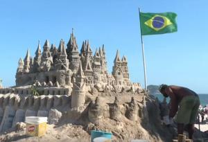 Ο άνθρωπος που ζει σε ένα κάστρο από άμμο