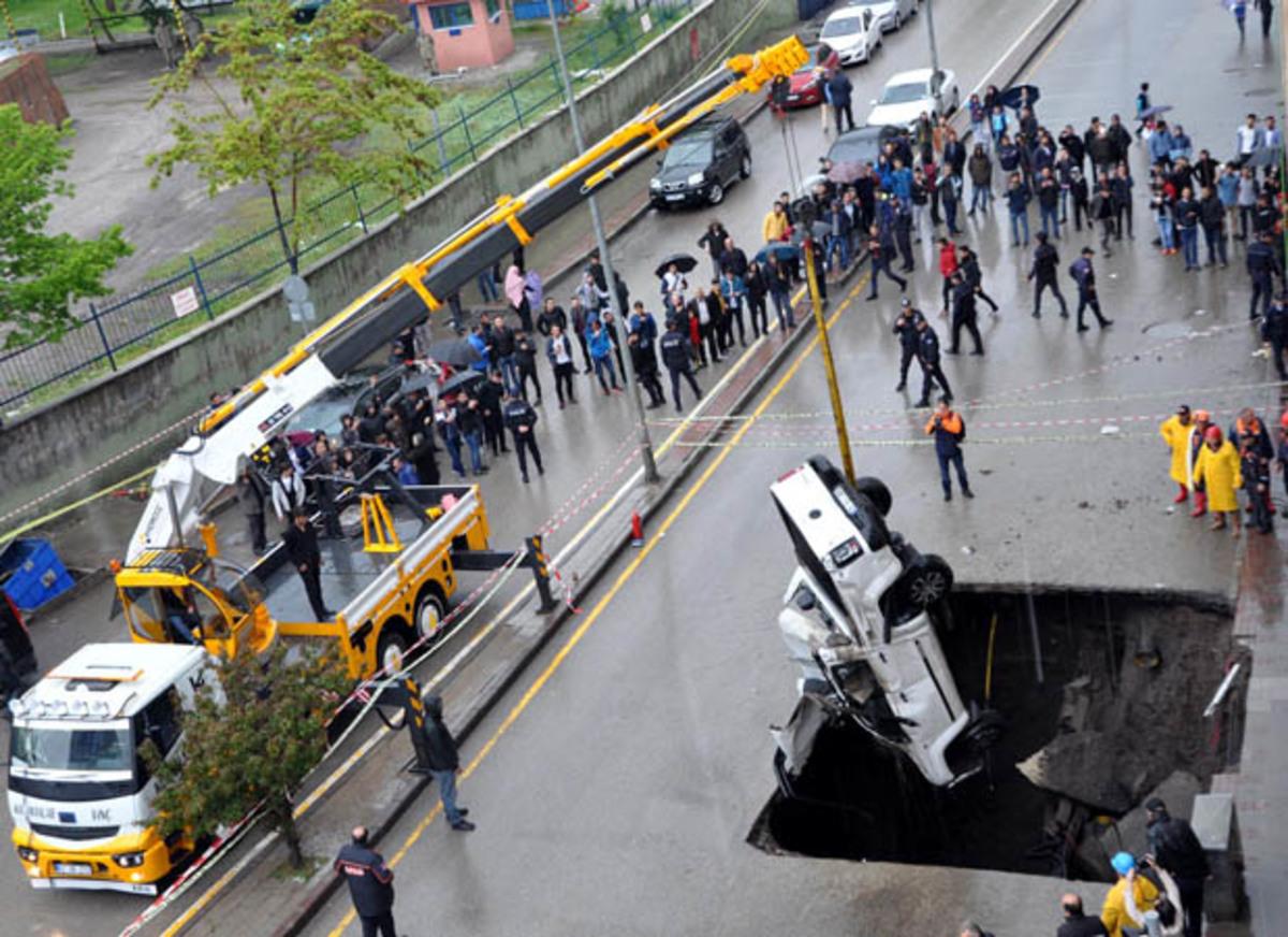 Τουρκία: Τεράστια τρύπα κατάπιε αυτοκίνητα!