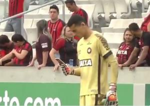 Απίστευτος τερματοφύλακας στη Βραζιλία! Κοίταζε το κινητό την ώρα του αγώνα [vids]