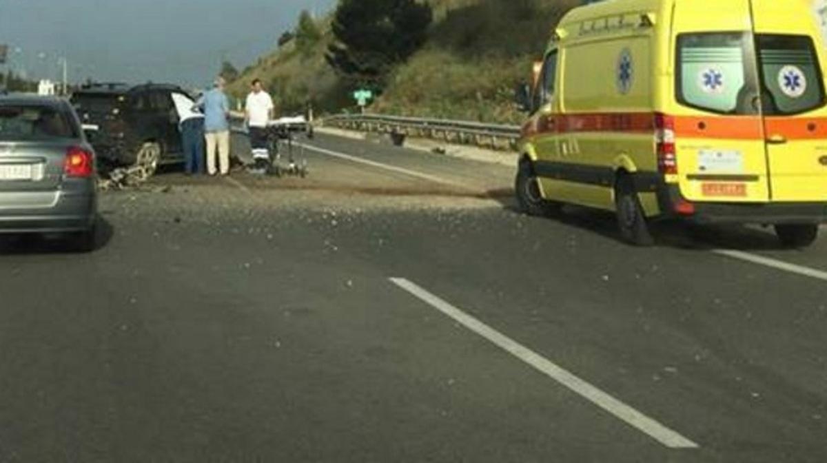 Τροχαίο Αθηνών – Κορίνθου: Αυτοκίνητο καρφώθηκε σε κολώνα γέφυρας – Σοβαρός ο τραυματισμός του οδηγού [pics]
