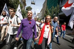 Γιάνης Βαρουφάκης: Πρωτομαγιά στην πορεία, με γαρύφαλλο και τη Δανάη Στράτου στο πλευρό του [pics]