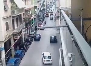 Πάτρα: Κατέρρευσε αστυνομικός εν ώρα υπηρεσίας – Η στιγμή που διακομίζεται με ασθενοφόρο σε νοσοκομείο [vid]