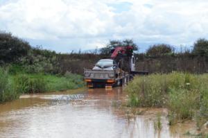 Αργολίδα: Η στιγμή που γερανός σώζει παγιδευμένο οδηγό – Περιπέτεια στην κοίτη του ποταμού [pic, vid]