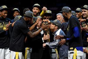"NBA: ""Τρελό"" πάρτι στα αποδυτήρια! ""Πόλεμος"" με σαμπάνιες και πούρα [pics, vids]"