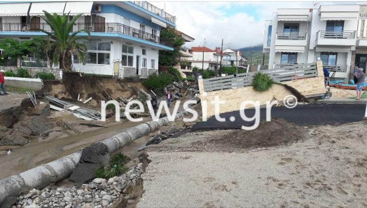 Θεσσαλονίκη: Η κακοκαιρία εξαφάνισε δρόμους, διέλυσε σπίτια και έριξε αυτοκίνητα στη θάλασσα – Εικόνες απόλυτου χάους και καταστροφής [pics, vid]