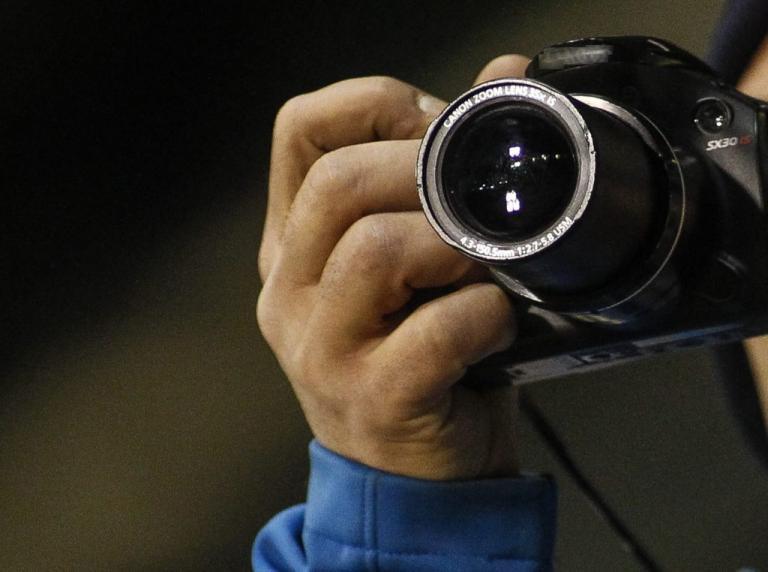 Έπιασαν κι άλλον αστυνομικό να φωτογραφίζει κορίτσια με μαγιό! Αυτή τη φορά στην Πάτρα!