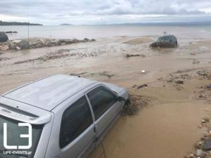 Χαλκιδική: Τα αυτοκίνητα στη θάλασσα και τα κότερα στη στεριά – Χάος στη Νικήτη από την κακοκαιρία [pics, vids]