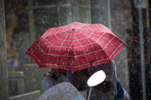 Καιρός για ομπρέλα και … καλοκαιρινή ζακέτα