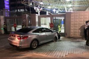 Αυτοκίνητο έπεσε στην πύλη της αμερικανικής πρεσβείας στην Σεούλ!