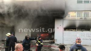 Καταστράφηκε η επιχείρηση ηλεκτρικών του Νίκου Καρώνη – Ζημιές και σε σπίτια από τη μεγάλη φωτιά στο Περιστέρι